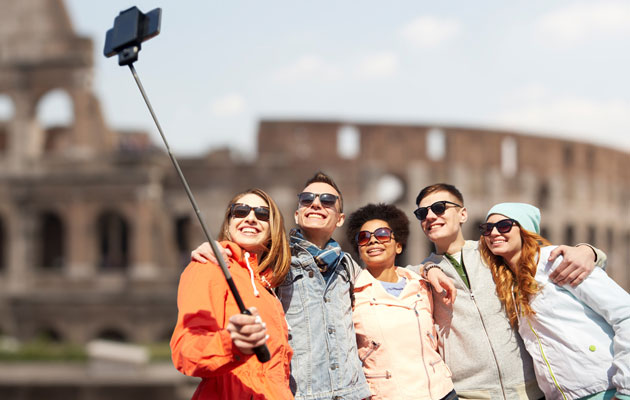 Tourist-Attractions-Ban-Selfie-Sticks